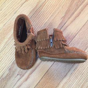 Size 4, never worn Minnetonka double fringe boots